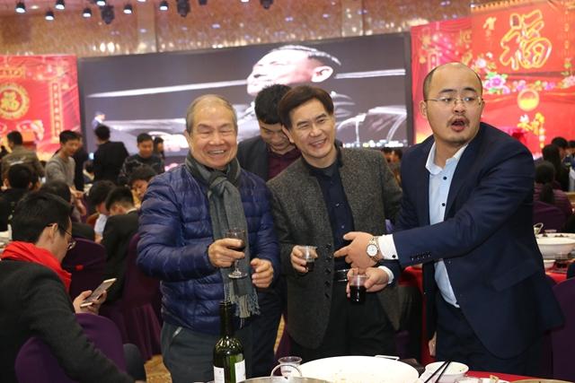 华迈净水器总经理古总取三角洲集团总裁、董事长碰杯痛饮
